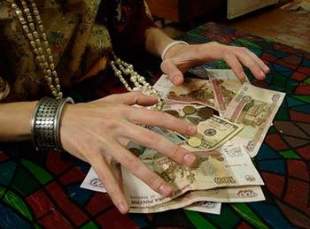 Магия и деньги: как приворожить деньги и носить денежные амулеты